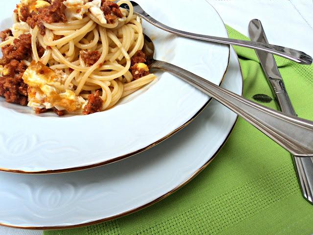 spaguettis-huevo-chorizo-cubiertos
