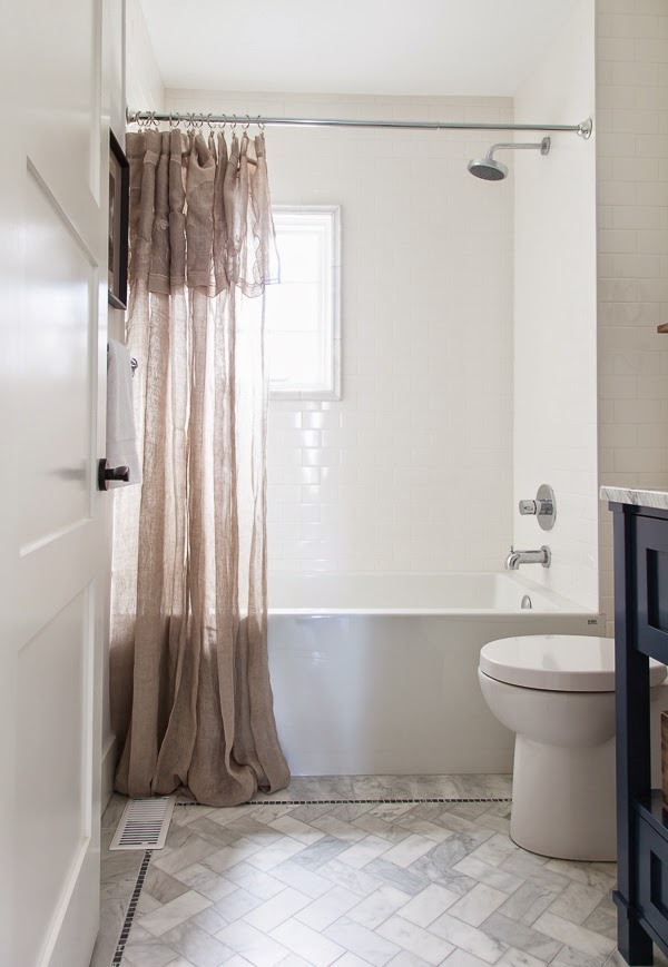 Baño con cortina ligera