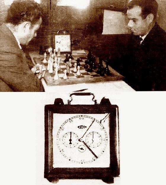 Vicenç Tornero, jugando al ajedrez con las piezas blancas y el reloj de ajedrez de 1948