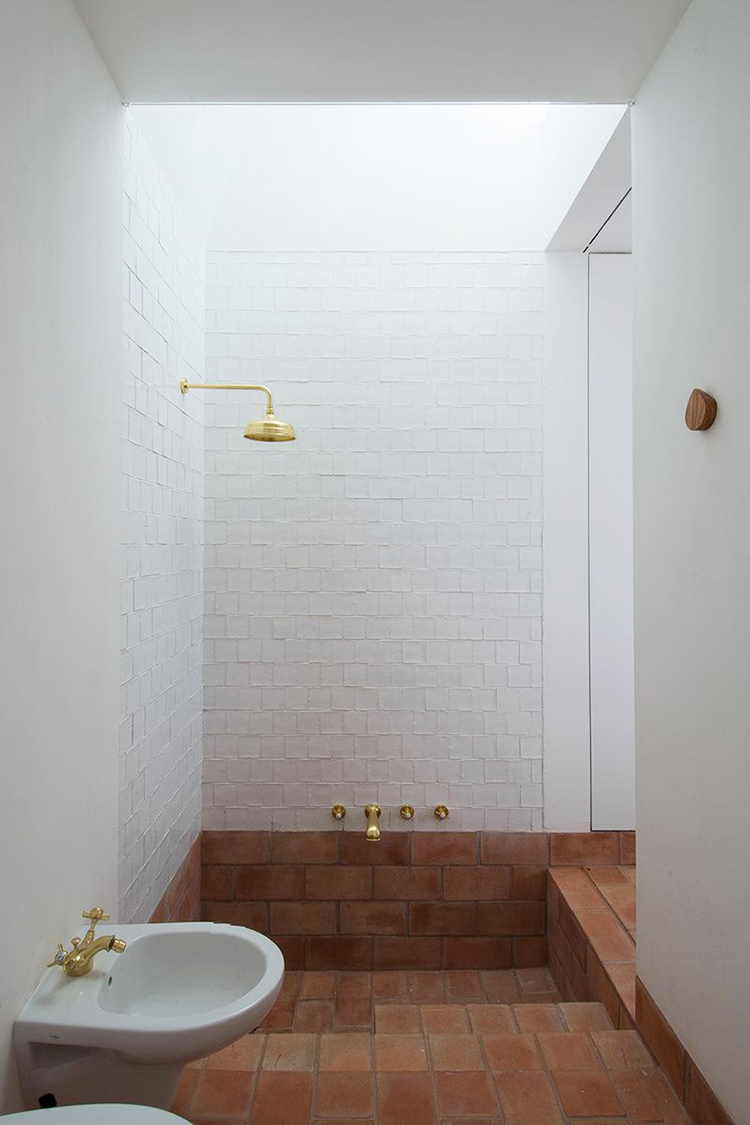 Built-in recessed bathtub with terra cotta tiles in Casa Modesta in Portugal