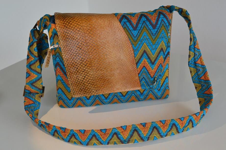48689911071 Met een Bolsas-tas heb je een unieke tas. Mijn tassen zijn kleine draagbare  persoonlijke kunstwerken. Veel kijk plezier en als je zelf ideeën hebt neem  ...