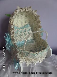 wózek, wózeczek, prezent, upominek, narodziny, chrzest, chłopczyk, dziewczynka, różowy, niebieski, biały, wybielany, narodziny, kwiaty, wstążka, gipiura, zrób to sama, diy, tutorial, rękodzieło, handmade, poduszeczka, materacyk, kołderka, dziecko,
