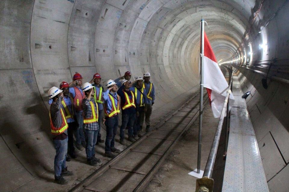 Pekerja Mrt Jakarta Mengadakan Upacara Bendera Di Proyek Jalur Bawah