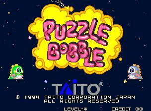 Captura de pantalla del arcade Puzzle Bobble, Taito, 1994. Se muestra la pantalla de título con el texto y los dragoncitos a izquierda y derecha