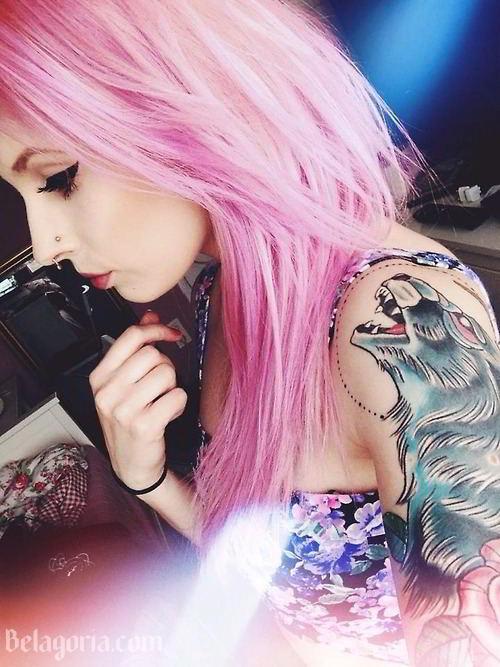 precios mujer de pelo rosa con tatuajes modernos en el brazo