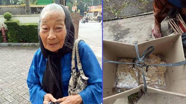 Meski Sudah Berumur 88 Tahun, Nenek Yang Miliki 15 Cucu Ini Tetap Berjualan Rempeyek, Kisahnya Bikin Haru
