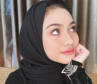 Sarah Tuffahati Pakai Kerudung