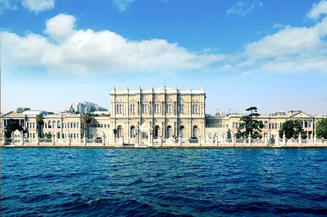 Palácio Dolmabahçe em Istambul fica perto do Estreito de Bósforo