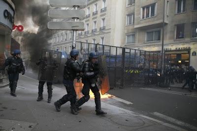 """Ο νέος """"Μάης"""" στη Γαλλία τρομάζει τον Ολάντ - Απαγόρευση κυκλοφορίας στο Παρίσι σε πολίτες"""