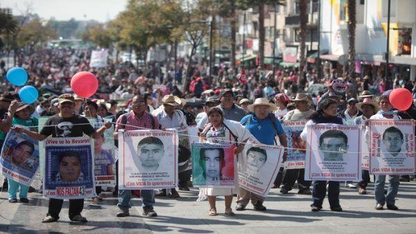 Mexicanos no olvidan: marchan para exigir justicia por los 43 de Ayotzinapa