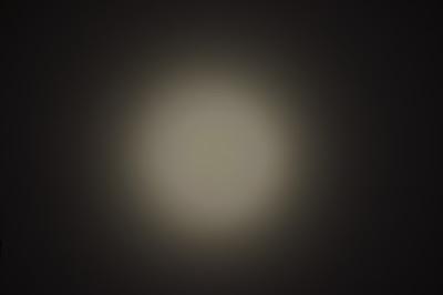 Rozkład na ścianie wiązki światła latarki Folomov 18650s