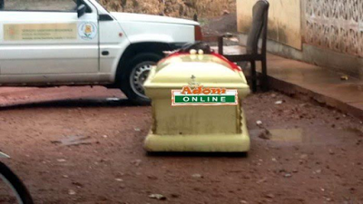 Photo: Man finds a coffin with human remains buried on his plot of land