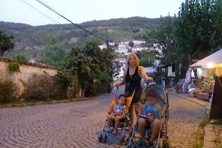 Yolanda y los niños en Şirince.