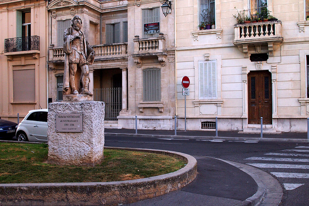 Patung Nostradamus di kota Salon, Perancis