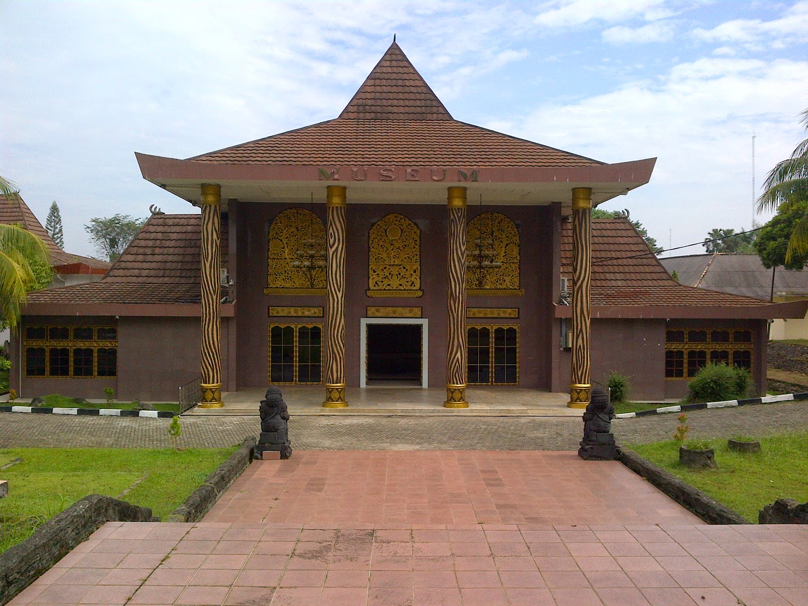 Gedung utama Museum Balaputera Dewa, Palembang. Sumber: http://museumnegerisumsel.blogspot.co.id