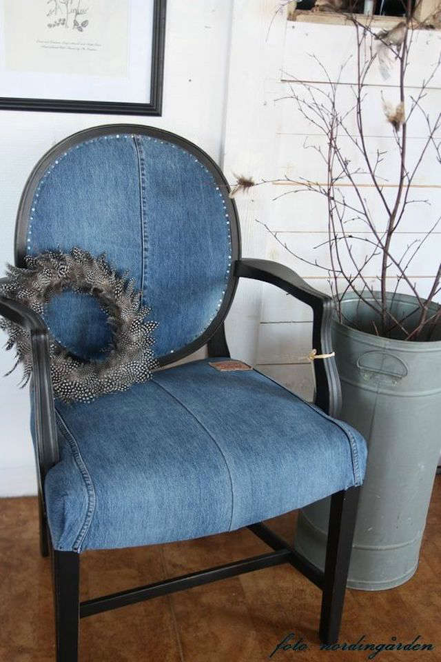 sillón tapizado con vaqueros reciclados