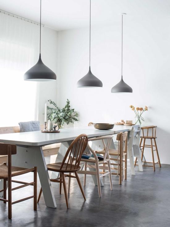 mesas parejas en el comedor con sillas diferentes