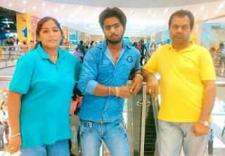 Foto Keluarga Roshni Sahota
