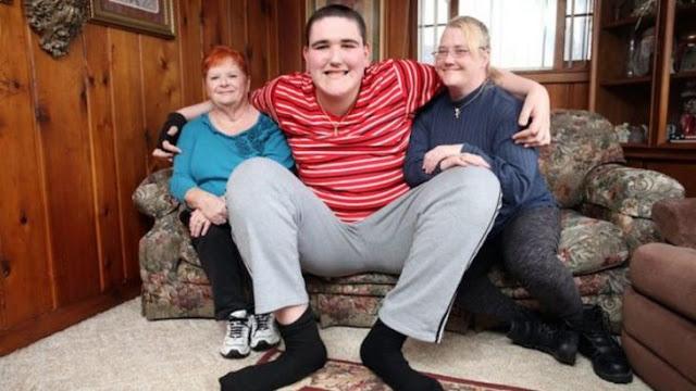 El adolescente más alto del mundo rompe récord de 2.34 m