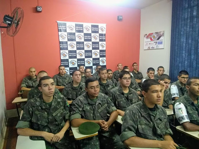 Polícia Militar de Pinhal ministra palestra para jovens atiradores do Tiro de Guerra