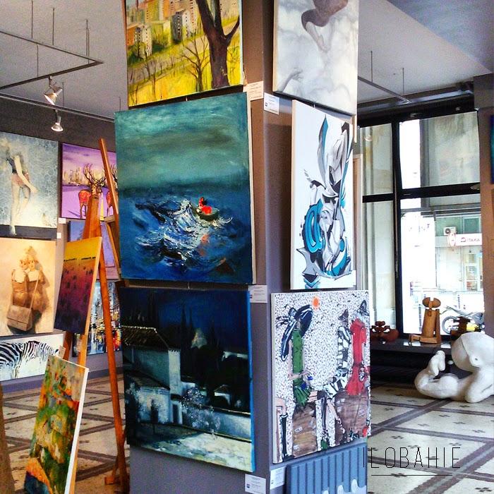 Filar obwieszony obrazami w galerii sztuki