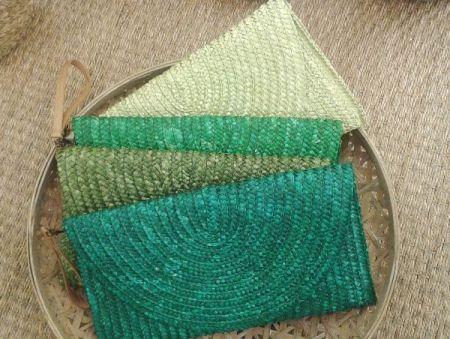 Carteras de rafia grandes en color verde de diferentes tonos y asa de piel