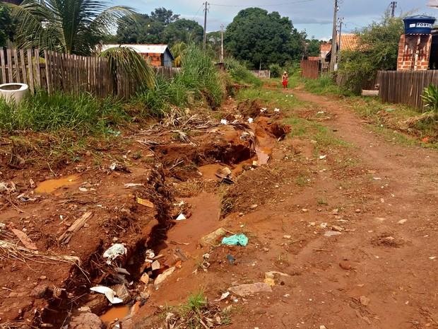 Falta de iluminação e problemas em rua geram reclamações de moradores