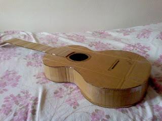 Guitarra hecha con cartón reciclado