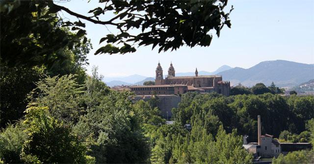 La Catedral de Pamplona, vista desde el Parque de la Media Luna