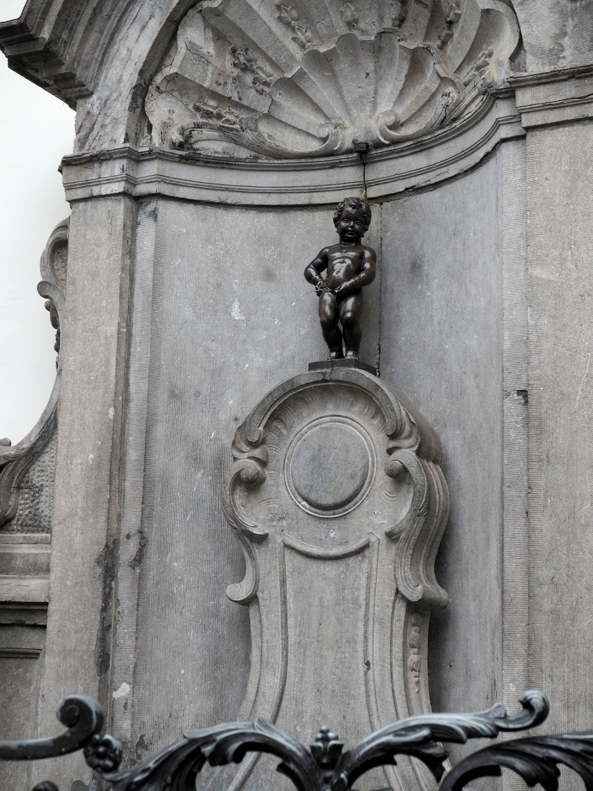brussels day trip manneken pis fountain