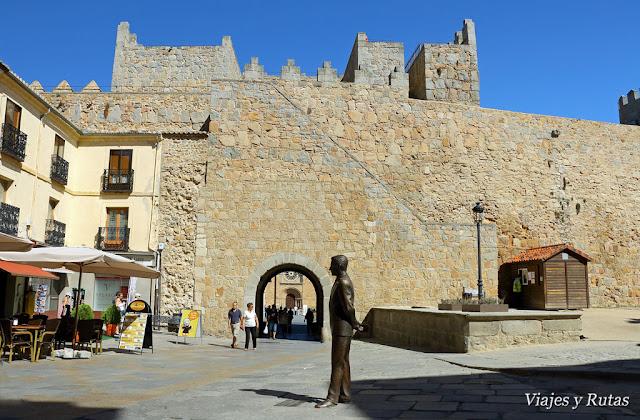Subida a la muralla de la puerta del Alcazar por la plaza de Adolfo Suarez