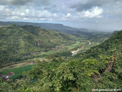 Bentang Alam di Puncak Watu Lawang pada Sisi Kanan Barat www.guntara.com
