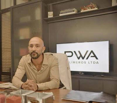 Álvaro (Irandhir Santos) discute com o sócio — Foto: Globo