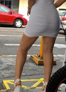 Hermosa edecan mexicana vestido entallado