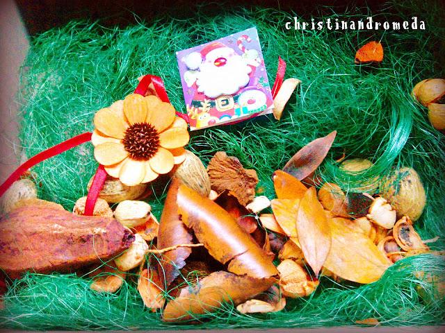 74579e593b1 Ένα πανέμορφο ντεκουπαρισμένο δισκάκι σε χριστουγεννιάτικο πάντα theme και  ένα all seasons ημερολόγιο τοίχου.