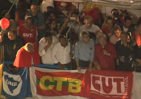Esse também foi o tom do discurso do ex-presidente Lula - e agora ministro da Casa Civil - que chegou no local pouco depois das 19 horas acompanhado do prefeito de São Paulo, Fernando Haddad e do presidente do PT, Rui Falcão. Para Lula, todos precisam respeitar a democracia.