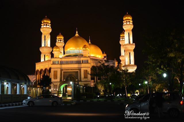 http://www.lakwatserangligaw.com/2016/03/jameasr-hassanil-bolkiah-mosque.html