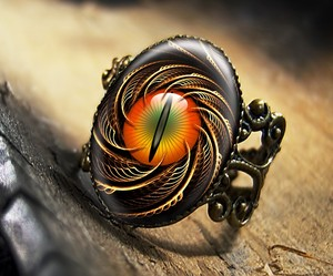 Diseño de anillo con ojo de dragón