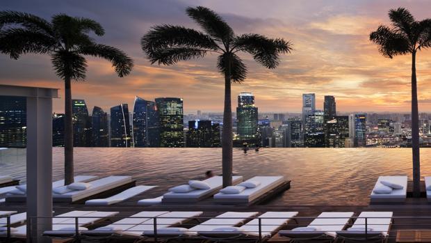 Vistas desde la piscina infinita más grande y más alta del mundo. La piscina más alta del mundo. Hotel The Sand Skypark, o Marina Bay Sands, ubicado en Singapur..