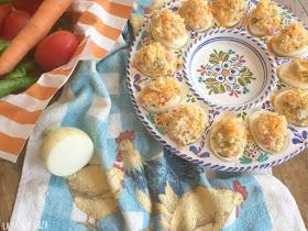 Huevos-rellenos-con-arroz-aceitunas-tomates