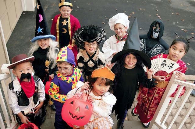 Sở dĩ những người tham gia lễ hội Halloween thường hay hóa trang thành những con quái vật, ma quỷ, bộ xương,...vì họ muốn cùng chung vui, đi dạo