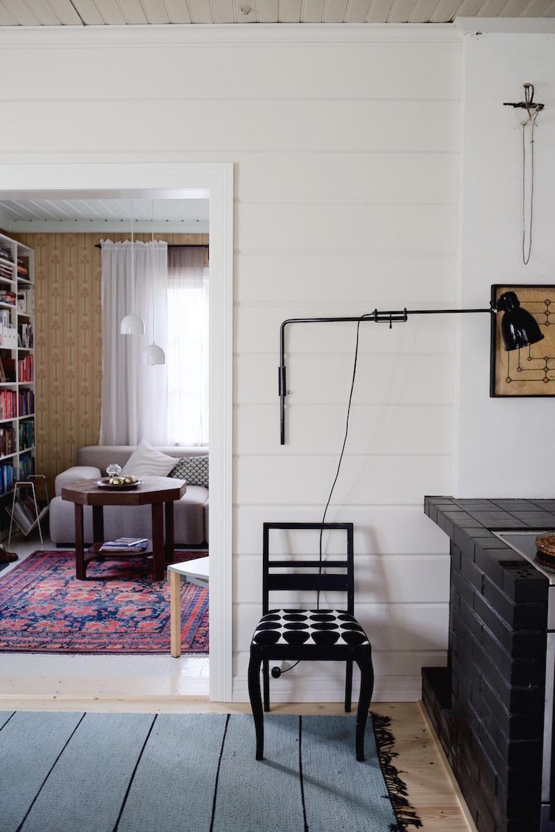 Sateenkaaria ja serpentiiniä. Tyynelä. Hirsitalon keittiö. Fabrilux seinävalaisin. Hirsipaneeli.
