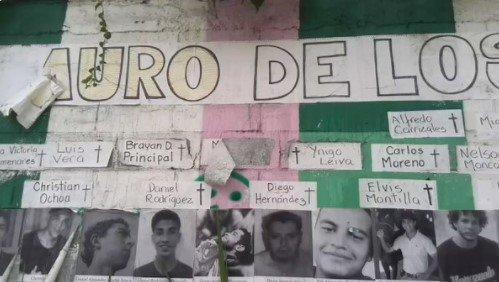 Los vecinos de la urbanización El Hatillo, ubicado en la ciudad capitalina, realizaron un mural en honor a las 121 personas que han fallecido en estos 131 días de protestas en contra del régimen de Maduro.  En el muro se puede observar los nombres de los fallecidos. Entre ellos figuran Juan Pernalete, José Guerrero, Jairo Ortiz, Carlos Moreno, entre otros.