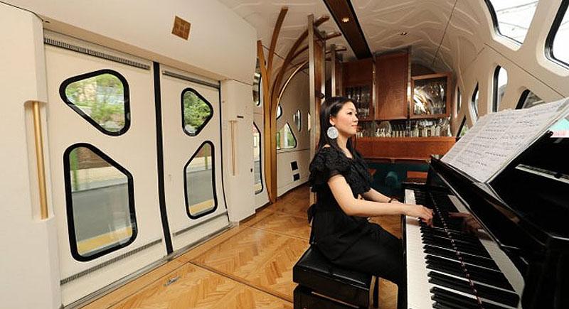 Рояль в поезде | Японский поезд Shiki-Shima