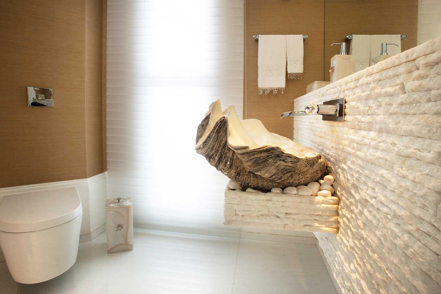 Lavabo com com bacia suspensa. Destaque para a cuba de concha (com 400  #694A28 1536x1024 Bancada Banheiro Cimento Queimado