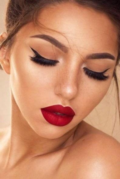 É importante ter ideias de maquiagens para usar naquele encontro super especial, afinal nós queremos sempre estar lindas e maravilhosas e para isso é necessário saber o que usar em casa ocasião. Por isso separamos 10 Ideias para te ajudar a escolher as maquiagens fofas e românticas para você arrasar sempre. Os batons, delineados, blush, e outros detalhes são essenciais parra uma make maravilhosa. #maquiagem #makeup #makes #woman #girls #ideas #batom #beauty #tips #lips #eyes #shadow #eyeliner
