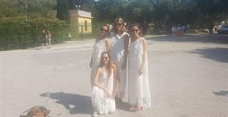 Τουρίστες μένουν εκτός Ακρόπολης επειδή φορούσαν αρχαιοελληνική ενδυμασία!