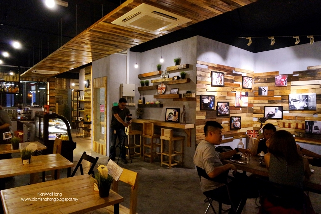 the cafe decorations had a distinct rustic feel to it a lot of thoughts has gone into how to beautify the cafe and indeed it was very pretty