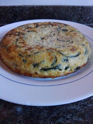 Tortilla de calabacín y atún con orégano