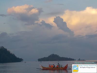 perahu-jukung-menuju-habitat-lumba-lumba-di-teluk-kiluan